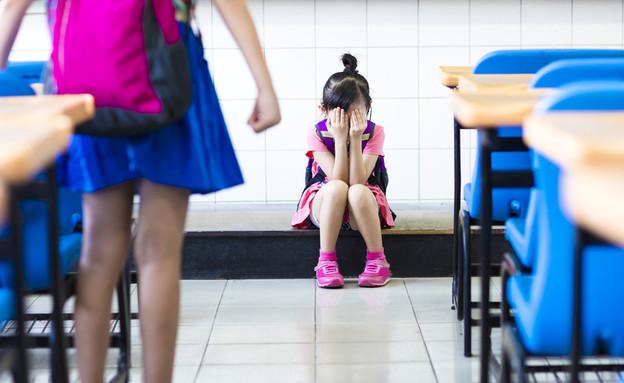 ילדה בוכה בבית ספר (צילום: Shutterstock, מעריב לנוער)