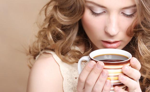 שותה קפה (צילום: Juice Team, Shutterstock)