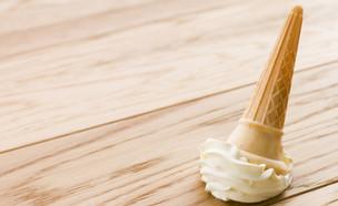גלידה על הרצפה (צילום: Monkey Business Images, Shutterstock)
