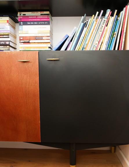 מרב שדה, ג, ספרייה, בדירה נגיעות של שחור וזהב - נגרות מעץ גבון (צילום: איקו פרנקו)