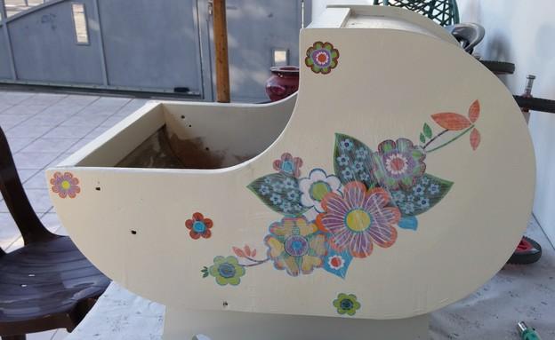 שיפוץ עגלה,  הדבקת פרחים (צילום: אפרת ג'רופי)