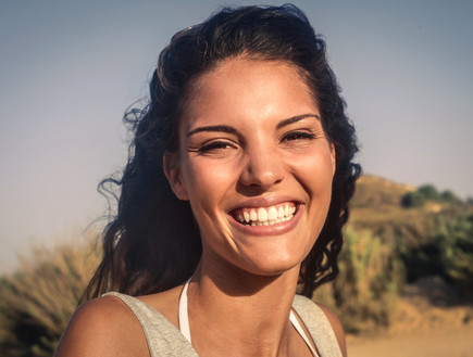 אישה מחייכת