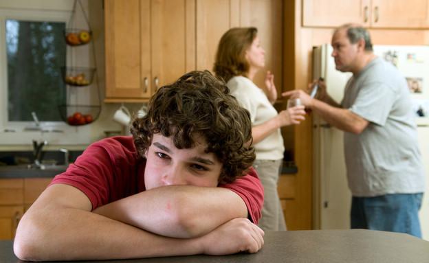 נער והורים רבים (צילום: Shutterstock)
