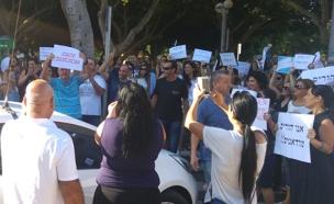 """ההורים מפגינים: """"לא ניתן את ילדינו לסכן"""" (צילום: לימור חביב)"""