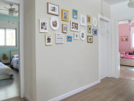 אמנות13, קיר תמונות משפחה (צילום: משה גיטליס  וסוזי לוינסון, עיצוב-גל ברק זילברמן)