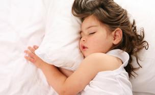 ילדה ישנה על הכרית (צילום: istockphoto)