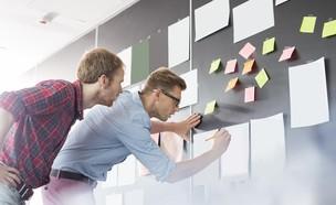 עובדים מול לוח השנה (אילוסטרציה: Shutterstock)