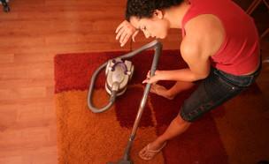 עוזרת בית מנקה לקראת החגים (צילום: יוסי זמיר, פלאש 90)