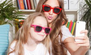 אמא ובת עושות סלפי (צילום: Shutterstock)