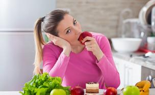 בחורה משועממת ועצובה אוכלת סלט (צילום: Shutterstock, מעריב לנוער)