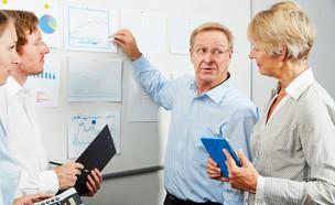 עובדים מבוגרים במשרד (אילוסטרציה: Shutterstock)