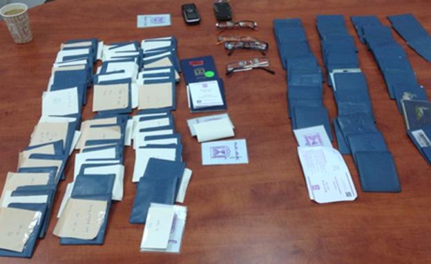 חלק מהתעודות שנתפסו (צילום: דוברות משטרת י-ם)