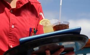 מלצרית מחזיקה מגש עם משקאות (צילום: חדשות 2)