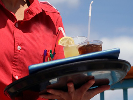 מלצרית מחזיקה מגש עם משקאות