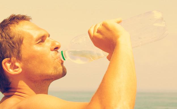 גבר שותה מים (צילום: Happy monkey, Shutterstock)