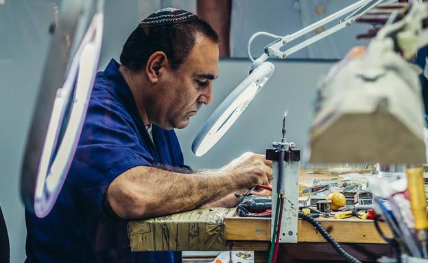 עובד דתי במפעל (אילוסטרציה: thinkstock)