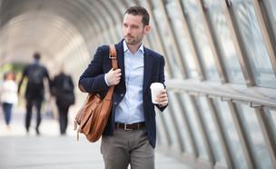 גבר בחליפה הולך עם כוס קפה (אילוסטרציה: Shutterstock)