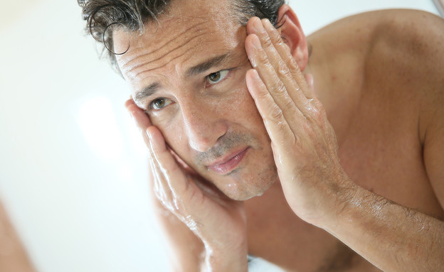 גבר במקלחת (צילום: goodluz, Shutterstock)