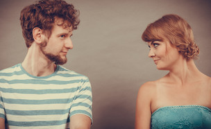 גבר ואישה מסתכלים אחד על השני (צילום: Shutterstock)