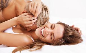 זוג במיטה צוחקים (צילום: אימג'בנק / Thinkstock)