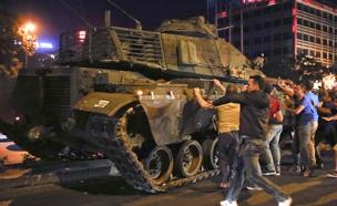 """""""אנשים עמדו על הטנקים"""" (צילום: רויטרס)"""