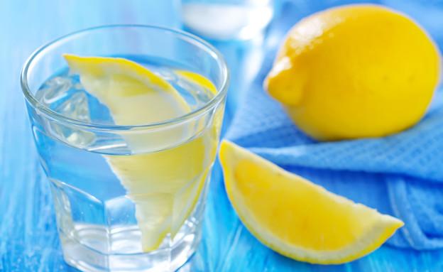 מים עם לימון (צילום: Shutterstock)