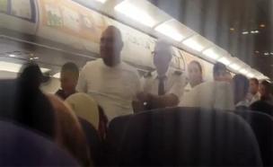 תיעוד ההתפרעות על הטיסה לאומן (צילום: רשתות חברתיות)