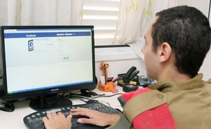 """חייל מול מחשב בפייסבוק (צילום: עודד קרני, פז""""ם)"""