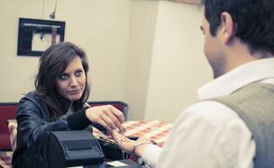 אישה לא מרוצה משלמת טיפ (אילוסטרציה: Shutterstock)