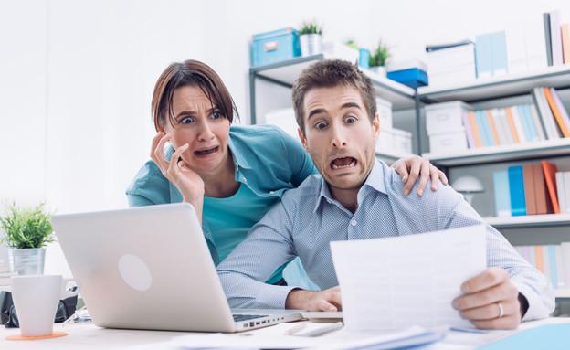 זוג כועס מסתכל על מסמכים  (אילוסטרציה: Shutterstock)