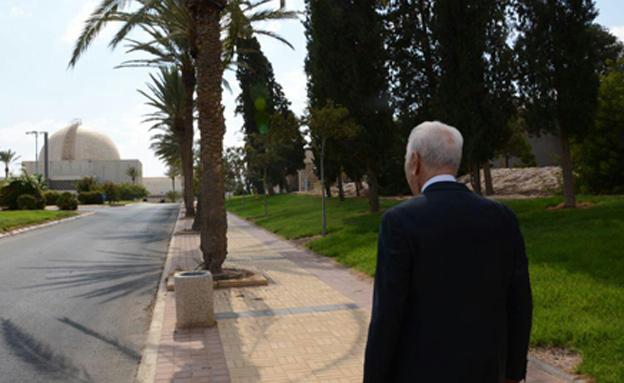 ביקורו האחרון של שמעון פרס בקריה למחקר גרעיני נגב (צילום: הוועדה לאנרגיה אטומית)