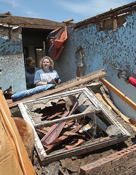 תושבים בעיר מור אוקלהומה בבית שנהרס על ידי טורנדו, 2013 (צילום: Scott Olson, GettyImages IL)