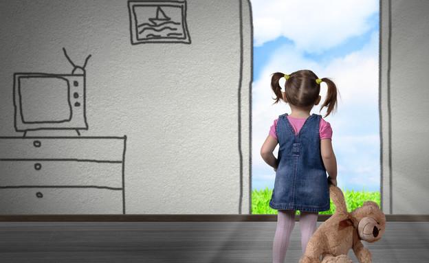 ילדה מסתכלת דרך חלון של דירה מצוירת (אילוסטרציה: Shutterstock)