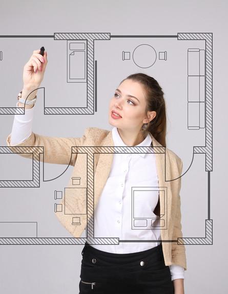 אדריכלית עובדת על תכנית של דירה (אילוסטרציה: Shutterstock)