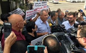 חברי הכנסת בהפגנה מחוץ למשרדי החקירות (צילום: חדשות 2)