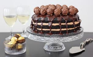 עוגת קרם שוקולד חלב וכדורי פררו רושה (צילום: ענבל לביא, אוכל טוב)
