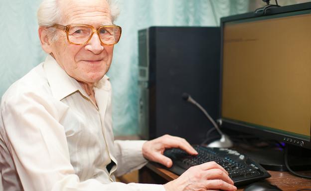 איש מבוגר ומחשב (צילום: Shutterstock)