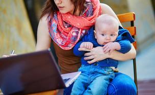 אמא עובדת (אילוסטרציה: Shutterstock)