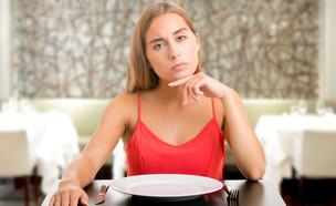 אישה עם צלחת ריקה (צילום: Shutterstock, מעריב לנוער)
