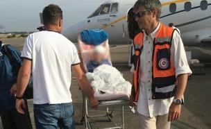 פינוי בני המשפחה שנפצעו (צילום: חץ תעופה)