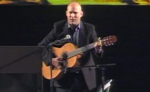 בנט והגיטרה בעצרת הימין (צילום: חדשות 2)