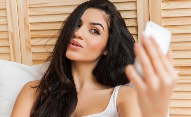 בחורה עם הסמארטפון (צילום: Shutterstock)