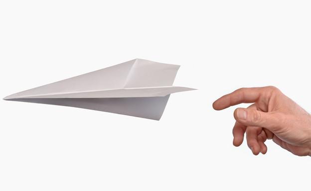 יד מעיפה מטוס מנייר (צילום: ShutterStock)
