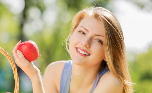 אישה אוכלת תפוח (צילום: Shutterstock, מעריב לנוער)
