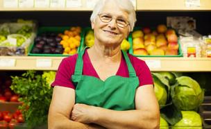 אישה מבוגרת עובדת בחנות ירקות (אילוסטרציה: Shutterstock)