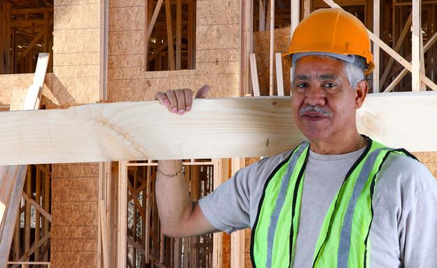 גבר מבוגר עובד באתר בנייה (אילוסטרציה: Shutterstock)