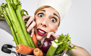 אישה עם סלט (צילום: Shutterstock)
