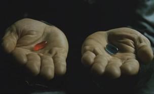 """סצנת הגלולות מתוך הסרט מטריקס (צילום: מתוך הסרט """"מטריקס"""")"""