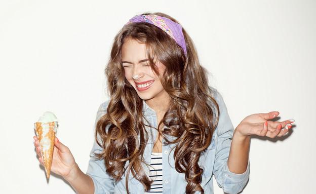 בחורה אוכלת גלידה (צילום: Shutterstock, מעריב לנוער)