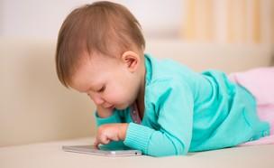 תינוק צופה בסמארטפון (צילום: ShutterStock)